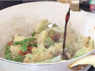 青椒炒花菜,淋入生抽,炒匀