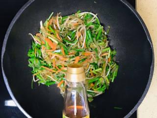 韭菜豆芽炒粉丝,一直翻炒至蔬菜恹恹,淋入香油提香