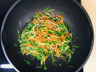 韭菜豆芽炒粉丝,翻拌均匀,就可以关火了