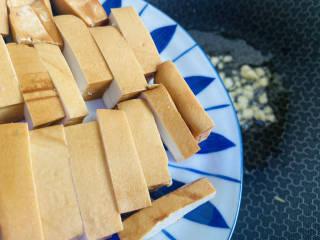 蒜苔香干,放入香干小火慢煎至表面微黄