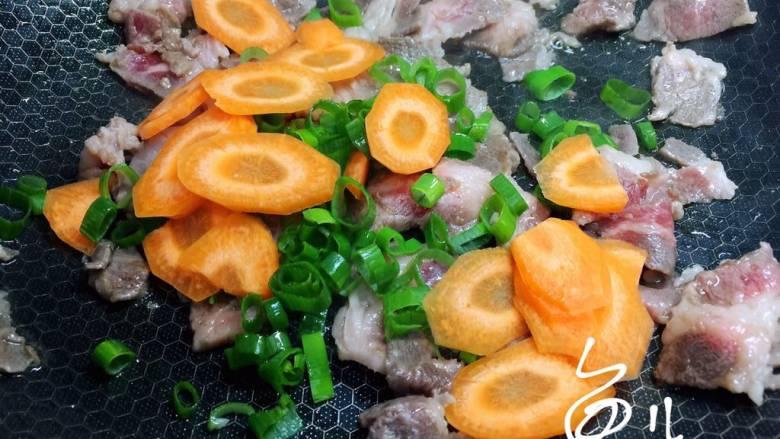 杂炒时蔬,放入葱碎和胡萝卜片翻炒片刻