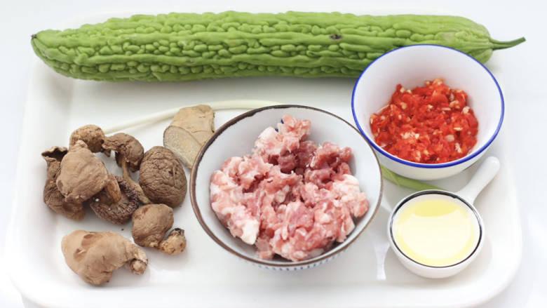 三伏天必备的苦瓜酿肉,首先备齐所有的食材。