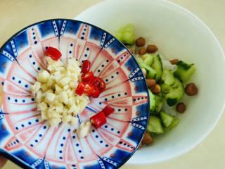凉拌粉丝黄瓜,加入蒜末和小米辣