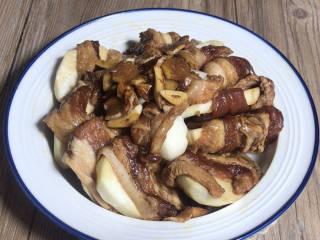 芋头蒸五花肉,将腌制好的五花肉包住芋头片,摆入盘中