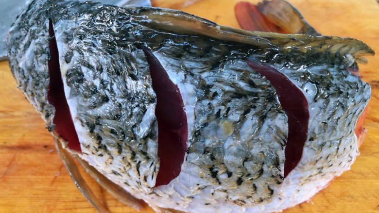 酱焖鲤鱼,鲤鱼两侧用刀片几刀这样更易入味