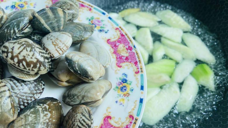 花蛤丝瓜汤,放入清洗干净的文蛤,大火煮沸,煮至文蛤开口即可
