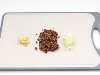 三伏天必备的苦瓜酿肉,泡发好的香菇去蒂切碎,葱姜切碎。