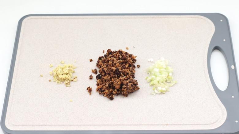 三伏天必备的苦瓜酿肉,泡发好的香菇去蒂切碎,葱<a style='color:red;display:inline-block;' href='/shicai/ 37'>姜</a>切碎。