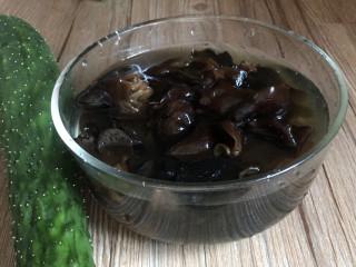 黄瓜拌木耳,黑木耳提前1小时用清水泡发,备好黄瓜