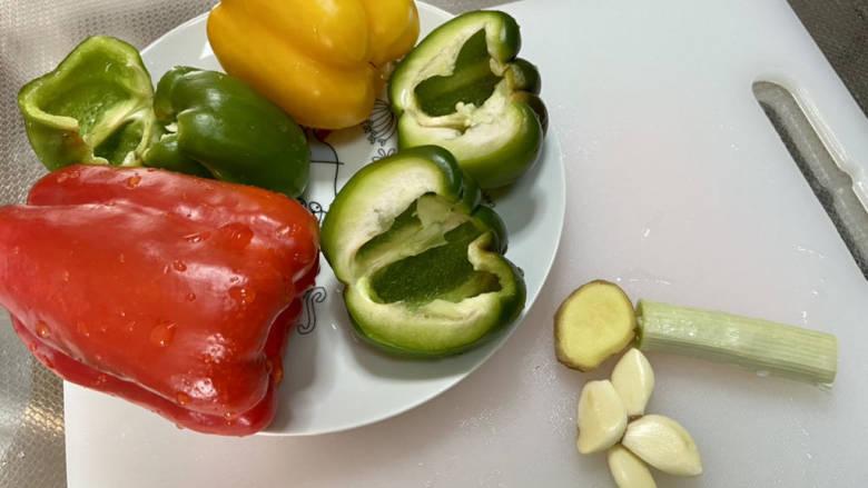 彩椒炒肉丝➕甜椒炒肉丝,彩椒去蒂去籽,洗净,葱白洗净,蒜剥皮,姜搓洗干净