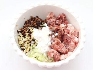三伏天必备的苦瓜酿肉,加入淀粉混合搅拌均匀备用。