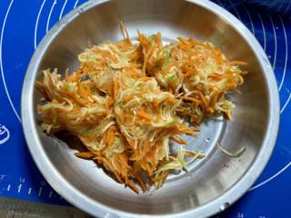 水晶饺子➕笋瓜鸡蛋水晶蒸饺,腌制后的胡萝卜笋瓜用小手攥干水分,