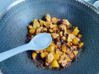 土豆香菇焖鸡,加入少许白糖翻炒均匀