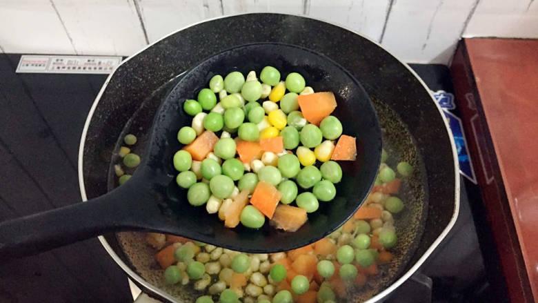 杂炒时蔬,捞出沥干水分备用