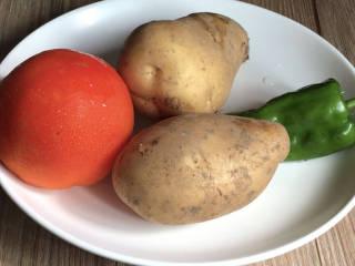 西红柿炒土豆丝,备好食材