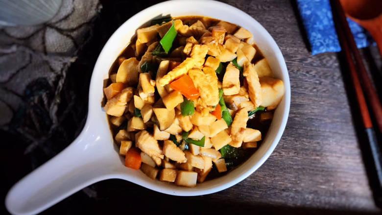 杏鲍菇炒鸡丁,出锅装盘