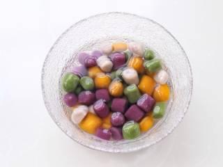 芒果芋圆烧仙草,芋圆煮熟后捞出过凉水备用。