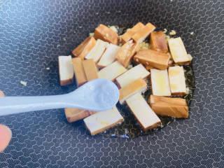 蒜苔香干,根据个人口味加入适量盐