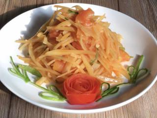 西红柿炒土豆丝,出锅装入摆好西红柿花的盘中