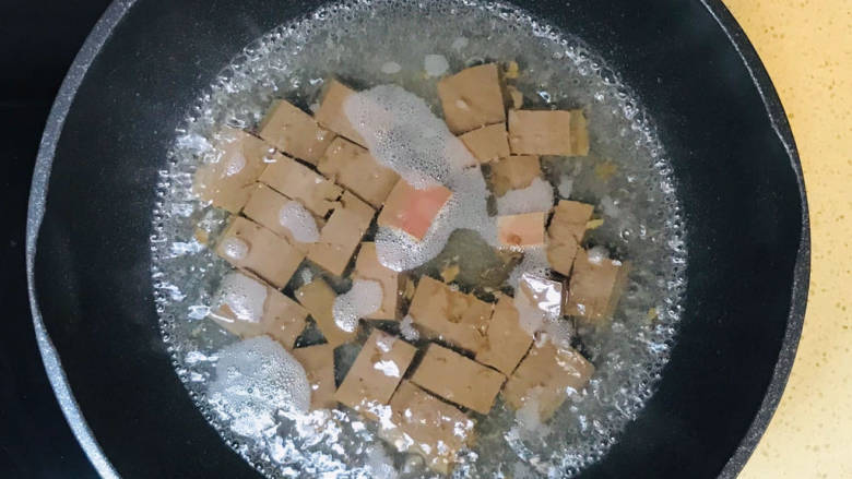 酸辣豆腐,大火煮沸,焯一下水,去除腥气