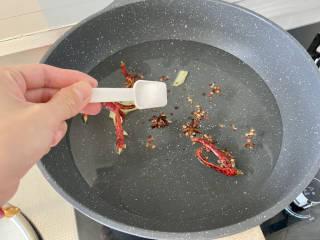 泡萝卜条➕泡椒萝卜条,加入三茶匙食盐