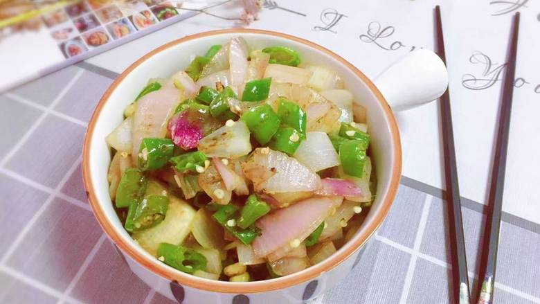 洋葱炒青椒