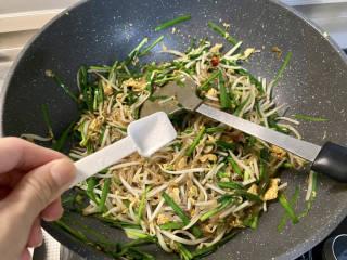 韭菜豆芽炒粉丝➕韭菜豆芽鸡蛋炒粉条,尝下咸淡,根据自己口味添加少许食盐,翻炒均匀出锅
