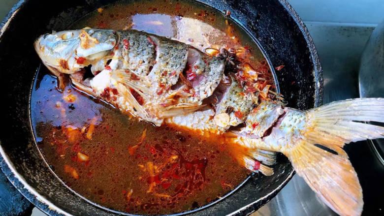 酱焖鲤鱼,鲤鱼反正两面炖至变色盖上锅盖大火炖起来