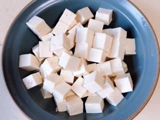 金汤鱼,准备些豆腐。