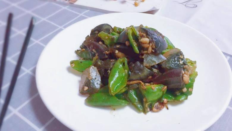皮蛋炒青椒,出锅装盘
