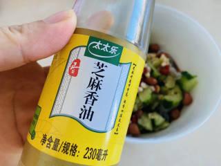 凉拌粉丝黄瓜,加入适量的香油拌匀即可食用