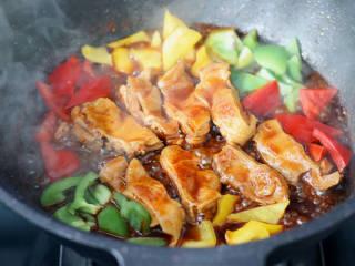彩椒鸡腿饭,加入青椒和红椒,黄椒。