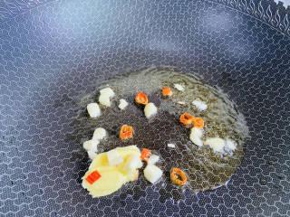 土豆香菇焖鸡,起油锅放入姜、蒜、辣椒爆香