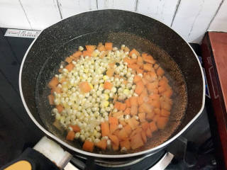 杂炒时蔬,再放入玉米粒焯水半分钟