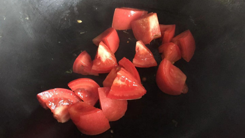 番茄藕丁,倒入番茄丁翻炒