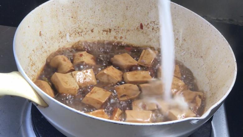酸辣豆腐,淋入水淀粉勾芡