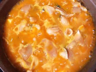 金汤鱼,放入腌好的鱼片,煮5分钟。轻轻搅拌不要让南瓜泥糊底。