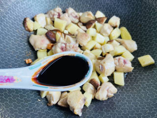 土豆香菇焖鸡,加入一勺老抽