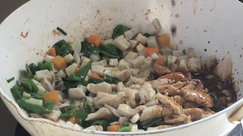 杏鲍菇炒鸡丁,倒入调好的料汁,翻炒均匀至入味