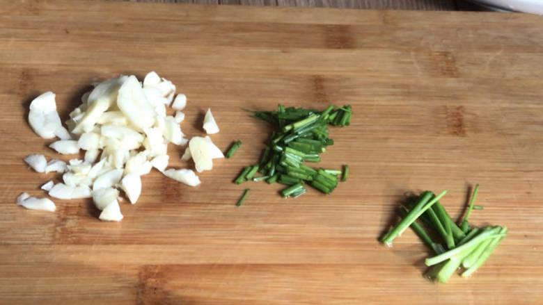 西红柿炒土豆丝,备好葱花、葱段和蒜末