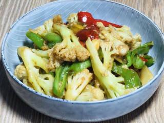 青椒炒花菜,出锅装盘