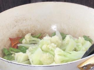 青椒炒花菜,加入花菜炒匀至入味