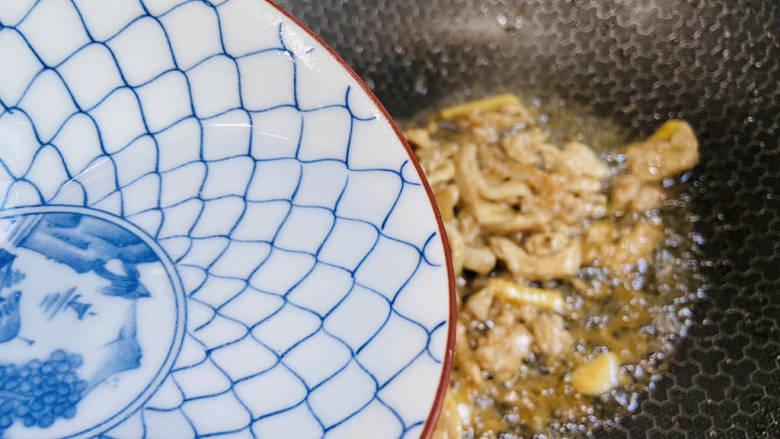 彩椒炒肉丝,加入少许热水翻炒