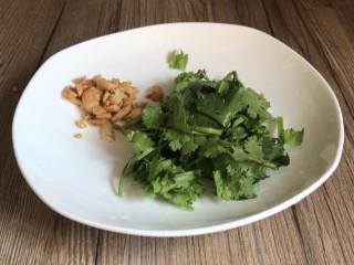 黄瓜拌木耳,备好香菜碎和花生碎