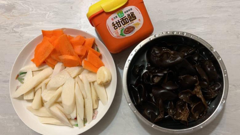 素炒山药,将铁棍山药、胡萝卜切片,提前捞熟过凉水待用。干的黑木耳泡发洗净。