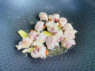 土豆香菇焖鸡,放入鸡块炒至变色