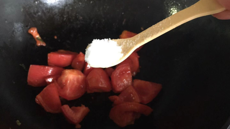 番茄藕丁,加入少许盐,炒出汁