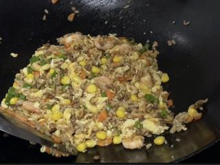 玉米虾仁蛋炒饭,炒匀即可