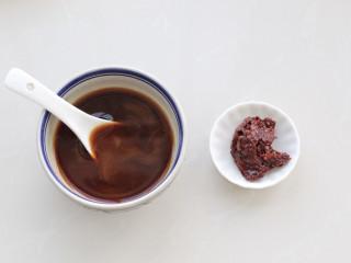糖醋鸡蛋,取一个小碗调入生抽、陈醋、糖、玉米淀粉和清水搅拌均匀成酱汁,准备一汤匙郫县豆瓣酱。