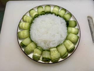 凉拌粉丝黄瓜,粉丝沥水,放入盘中